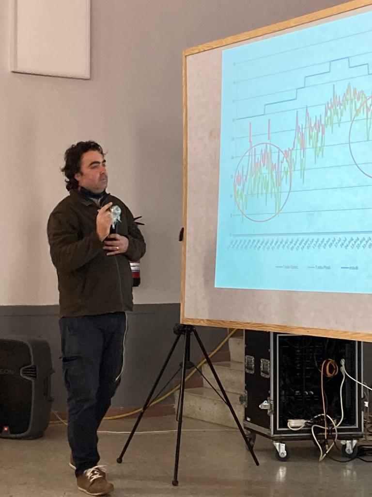 Roger Palau de l'ADV de l'avellana va parlar de l'agronomia i el conreu de l'avellaner a muntaya.